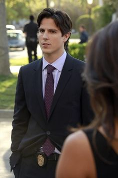 Detective Gabriel Holbrook (Sean Faris) on Pretty Little Liars. I mean I want Haleb back DESPERATELY, but if Hanna must a fling while we wait for Haleb.then proceed to GABRIEL for the moment ! Pretty Little Liars Episodes, Pretty Litle Liars, Pretty Little Liars Seasons, Pretty Girls, Sean Faris, Pll, Detective, Spencer And Toby, Hanna Marin