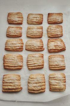 Hoy tenemos unas galletas enormes de pueblo, de las tradicionales de toda la vida. La receta es de Canal Dulce de Youtube donde podeis ver paso a paso la sencilla elaboración ------------------- Ingredientes para 45 galletas aprox. 700 grs. de Harina 250 grs. de Azúcar 1 sobre de levadura en polvo tipo Royal (15 grs) 150 grs. de aceite de girasol 150 grs. de leche… Brownie Cookies, Sin Gluten, Flan, Finger Foods, Crackers, Cravings, Good Food, Food And Drink, Favorite Recipes