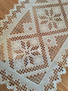 This Pin was discovered by Hel Hardanger Embroidery, Hand Embroidery Stitches, Embroidery Hoop Art, Cross Stitch Embroidery, Embroidery Patterns, Fabric Yarn, Fabric Scraps, Filet Crochet, Book Crafts