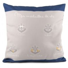 COUSSIN MÉDAILLES DE SKI GARÇON 40 X 40 - Coussin de décoration pour la chambre de votre enfant, sur un lit ou sur un fauteuil d'appoint.  #médailledeski #garçon Champions, Throw Pillows, Deco, Stream Bed, Bedroom, Kid, Toss Pillows, Cushions, Decorative Pillows