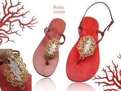 Sandali per l'estate: scegli le infradito gioiello personalizzato!   Compromesso perfetto tra eleganza e comodità, le infradito gioiello sono tra gli accessori artigianali più unici per i suoi materiali di qualità. Usate per il giorno e per la sera. Vero cuoio con stella marina di madreperla ricco di coralli e perle. PUOI ORDINARLO ANCHE VIA EMAIL  info@dlb-gioielli.com http://www.laboratoriogioielli.it #infradito #madreperla #corallo