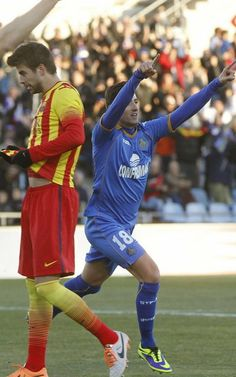 El defensa del Getafe Sergio Escudero celebra el primer gol de su equipo junto al defensa del Barcelona Gerard Piqué Fc Barcelona, Soccer, My Favorite Things, Sports, Tops, Style, Fashion, Lineman, Pique