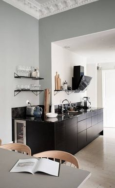 COCO LAPINE DESIGN - Turn of the century home with deep wall colors Always wanted to figure out how to knit, however uncertain where do you s. Scandinavian Loft, Scandinavian Apartment, White Fireplace, Fireplace Design, Black Kitchens, Home Kitchens, Interior Architecture, Interior Design, Design Design