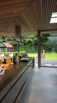 Mooie full RVS keuken gecombineerd met een gevlinderde woonbeton vloer