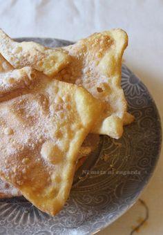 Receta tradicional de Galicia, típica de los días de Carnaval o Entroido. Son las Orejas, Orellas o Hojuelas de Carnaval. Amish Recipes, Sweet Recipes, Croissants, Crepes And Waffles, Sweet Cooking, Spanish Dishes, Plum Cake, Latin Food, Muffins