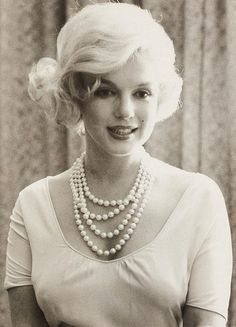 LOVE those pearls! Marilyn Monroe - 1959 - Photo by Manfred Linus