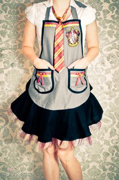 Harry potter Hogwarts uniform apron tutorial- WANT Sewing Patterns Free, Free Sewing, Apron Patterns, Sewing Ideas, Harry Potter Day, Mode Geek, Must Be A Weasley, Costume Carnaval, Apron Tutorial