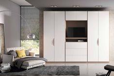Con acabados en moka lacado y en blanco lacado, este conjunto de armario a medida perfecto para maximizar el espacio con un estilo vanguardista.