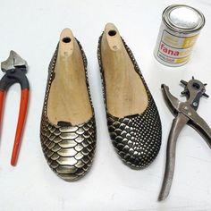 Espiamos la clase de construcción de calzado de nuestra profe Agustina y nos enamoramos de estas Ballerinas!!! 😍😍😍 Animate vos también y hacelas con tus propias manos!!!! Tel: 4342-3179 - Chile 868 - San Telmo.    #cursos #talleres #ballerinas #chatitas #calzado #zapatos #clase #moda #glamour #construccion #instagramzapatos