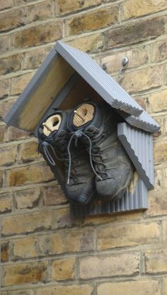 When it comes to birds, avid watchers know that you can never have too many bird houses in your yard. Birds appreciate these items during the nesting and migration seasons, which can just about cover the entire year in some areas. Homemade Bird Houses, Bird Houses Diy, Bird Tables, Bird House Plans, Deco Nature, Diy Bird Feeder, Bird Boxes, Nesting Boxes, Garden Crafts