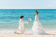 ビーチでのプロポーズフォトは、沖縄の海と穏やかな波をバックに Okinawa, One Shoulder Wedding Dress, Photograph, Asian, Couples, Wedding Dresses, Photography, Bride Dresses, Bridal Gowns