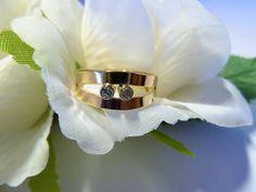 8 karaat ring met 2 edelstenen in gladomzetting. Model naar eigen design en het goud is afkomstig van haar vaders ring.