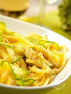 Le Linguine con zucchine e crema al mascarpone si preparano in poco tempo e sono fantastiche. Sostituite il mascarpone con la ricotta per renderle light!