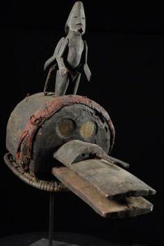 Assez proche des masques Bovins des Mumuyé ou des Chamba, ou encore des Mama, les Jukun ont aussi leurs masques cimiers, dénommés Kuteb, tel ce magnifique et peu courant exemplaire.