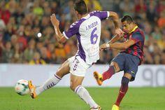 Alexis chuta un balón durante el partido