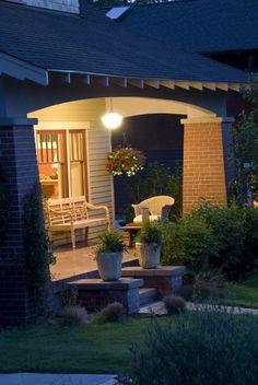 banco de madera i plantas verdes en el porche