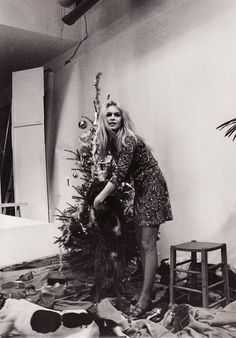9 Retro Pictures of Our Favorite It Girls Celebrating Christmas via @WhoWhatWear