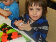 I nostri piccoli ospiti si divertono a modellare la pasta durante i laboratori creativi!