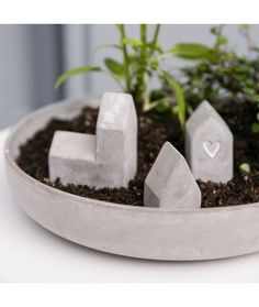 J'adore cette coupe et ces petites maisons en béton pour créer soi-même son univers avec un peu de terre et quelques plantes <3