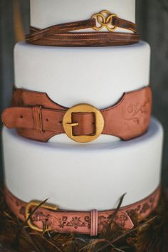 Such a cool #wedding cake...I love the leather belt look! From http://ruffledblog.com/galleries/feathers-and-wood-wedding-inspiration/?pid=98878=2 Photo Credit: http://thewillinghams.com/ Cake by http://intricateicings.com/