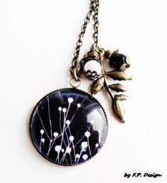Sehr schöne Bronze Kette mit Glascabochon in Dunkelblau mit weißen Blumen. Verschönert mit weißen und schwarzn Perle und einem Blattanhänger in Bronze