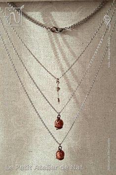 """[ Fait-Main ] avec du fil aluminium Marron Chocolat Mat, des chaînes, des anneaux et un mousqueton en acier inox, des perles métalliques dites """"tibétaines"""". Le collier est réalisé avec trois chaînes en dégradé de tailles pour donner un effet cascade. Chaque pendentif cuivré scintillant est fait d'une perle de résine dont le mélange, préparé à la main avec soin, est composé de pigments et de micas. L'aspect souhaité : un rendu telle une nébuleuse profonde, dense, intense, cuivrée et…"""