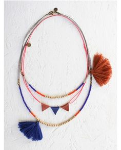 Retrouvez tout plein de pompons de toutes les couleurs et de toutes les tailles avec les accessoires textiles de Perles & Co ici : http://www.perlesandco.com/Mercerie_Custo_Accessoires_textile-c-2629_199.html Pompon necklace