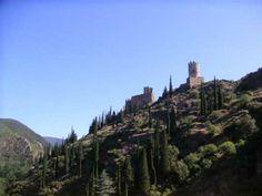 Les 4 châteaux de Lastours sont célèbres pour le rôle qu'ils jouèrent lors de la Croisade contre les Cathares,.Mais Cabreret (le château principal qui donna son nom à la région, le Cabardès, à partir du 9°s), Surdespine et Quertinheux ont été profondément remaniés après la croisade. Les ruines visibles aujourd'hui témoignent des restaurations faites lorsque le site tomba dans le giron roayl, dans le 2° moitié du 13°s. Le 4° chateau, Tour Régine, fut d'ailleurs construit à cette époque