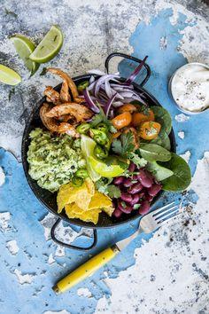 Dette er taco med god samvittighet! Frisk og fargerik tacosalat med revet kylling, avokado og bønner. Like godt til fredagstacoen, som til lunsj på en vanlig tirsdag. Paella, Guacamole, Ethnic Recipes, Food, Meals, Yemek, Eten