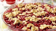 Das fruchtige Dessert wird etwa 40 Minuten im Ofen gebacken und am besten lauwarm genascht: Johannisbeer-Crumble   http://eatsmarter.de/rezepte/johannisbeer-crumble-0
