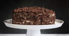 Oreo protein cake: A rich, moist chocolate protein cake layered with sugar free cream cheese frosting and covered in crushed Oreo cookies. 15 grams of protein per slice! Cake Batter Protein, Protein Cake, Protein Muffins, Protein Cookies, Melting Chocolate Chips, Dark Chocolate Chips, Yogurt Biscuit Recipe, Protein Powder Recipes, Protein Recipes