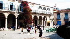 Descubre la magia y el encanto de la Plaza de la Catedral  https://havanaprivatesuite.com/publicaciones/957/descubre-la-magia-y-el-encanto-de-la-plaza-de-la-catedral  ¿Quién lo iba a decir? De plaza cenagosa a símbolo más rutilante de la ciudad. Rodeada de palacios, famosos restaurantes, galerías, museos y muchos, muchos turistas, la Plaza de la catedral es un sitio obligado para cualquier visitante...