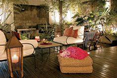 Diez terrazas y patios para tomar ideas  En este patio se puso un deck de madera para sumar calidez. La iluminación juega un rol central: dicros embutidas y artefactos de piso otorgan intimidad al espacio.         Foto:Archivo Living