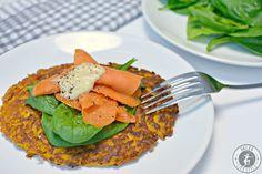 Die Süßkartoffelpuffer mit Räucherwildlachs sind eine leckere Alternative zu den klassischen Kartoffelpuffern und harmonieren geschmacklich super zum Fisch.