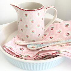 Detalles bonitos y elegantes para tu mesa con GreenGate, el estampado Tammie Pink es tan dulce....