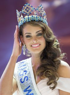 Miss World 2014, Rolene Strauss posing with the crown after her win. Description from beautypageants.indiatimes.com. I searched for this on bing.com/images