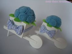 """Charmoso carrinho de flores, em MDF, pintado a mão, com flores em feltro, e detalhes em tecido... Um charme, para decorar quartos de bebê, adolescentes, mesa de centro, para oferecer de lembrancinhas, ou enfeitar um cantinho da sua casa... Também para decoração de mesas festas em geral e para presentear padrinhos de casamento...  """" As cores são da preferência do cliente! R$15,90"""
