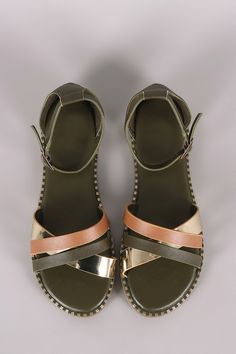 cd9ca848884 These flat sandals features a crisscrossing multi-straps design