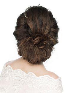 ロールアップの髪が華やかさを演出/Back|ヘアメイクカタログ|ザ・ウエディング