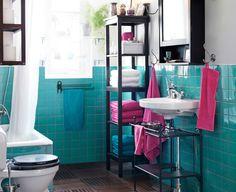 Piso de madeira e paredes de azulejo turquesa