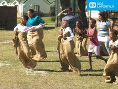 SOS-lapsikylän järjestämänä Kivaa perheille -päivänä vahvistettiin lapsikylässä asuvien lasten ja aikuisten yhteishenkeä leikkien avulla. Kuva Etelä-Afrikasta #Leikki #Lapset #SOS-Lapsikylä #Etelä-Afrikka
