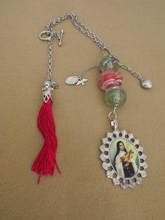 b5665f41afb0a Medalhão Santa Tersinha com Muranos