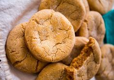 Soft biscuits with brown sugar - DIY Christmas Cookies Ginger Bread Cookies Recipe, Ginger Snap Cookies, Molasses Cookies, Cookie Recipes, Snack Recipes, Smoker Recipes, Soft Gingerbread Cookie Recipe, Gingerbread Recipes, Christmas Gingerbread