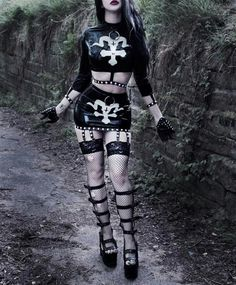 Top Gothic Fashion Tips To Keep You In Style. As trends change, and you age, be willing to alter your style so that you can always look your best. Consistently using good gothic fashion sense can help Lolita Cosplay, Gothic Girls, Dark Moda, Dark Fashion, Gothic Fashion, Gothic Models, Goth Women, Goth Beauty, Metal Girl