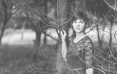Lichtmädchen Fotografie | Portrait, Portraitshooting, girl, woman, female, outdoor, nature, Forrest, Wald, Bäume, short hair, lace dress, Spitzenkleid, black and white, schwarzweiß