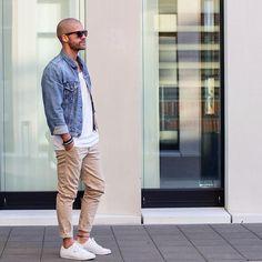 Acheter la tenue sur Lookastic: https://lookastic.fr/mode-homme/tenues/veste-en-jean-bleue-t-shirt-a-col-rond-blanc-pantalon-chino-brun-clair/20907 — Veste en jean bleu — T-shirt à col rond blanc — Pantalon chino brun clair — Baskets basses blanches