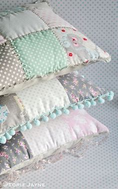 Sewing Pillows Patchwork Cushion Tutorial 35 Ideas For 2019 Cushion Tutorial, Pillow Tutorial, Patchwork Cushion, Quilted Pillow, Shabby Chic Pillows, Shabby Chic Decor, Chic Bedding, Sewing Pillows, Soft Furnishings