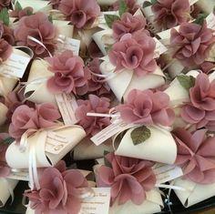 wedding favors with flowers Souvenirs et Cadeaux de Mariage Wedding Cards, Diy Wedding, Wedding Gifts, Wedding Invitations, Dream Wedding, Wedding Gift Boxes, Wedding Favors For Guests, Spring Wedding, Wedding Designs