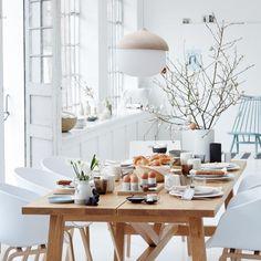 Gedeckter Tisch in Naturtönen