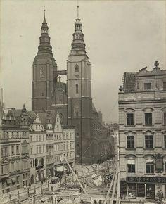 Kościół św. Marii Magdaleny. Na pierwszym planie budowa domu handlowego braci Barasch/ Feniks